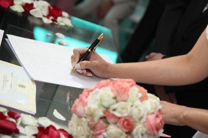 bride-signing-615556_1920